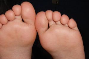 立ち仕事がツライ…足の疲れに効くグッズや解消法をご紹介します!